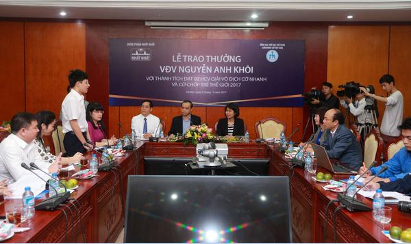 Dược phẩm Nhất Nhất trao thưởng cho kỳ thủ Nguyễn Anh Khôi