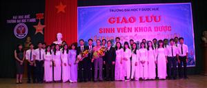 Dược Phẩm Nhất Nhất  tặng 15 học bổng cho sinh viên Đại Học Y Dược Huế.