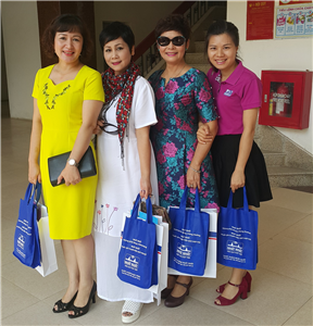 DP Nhất Nhất tặng quà cho cán bộ phụ nữ Bộ y tế nhân ngày 20/10