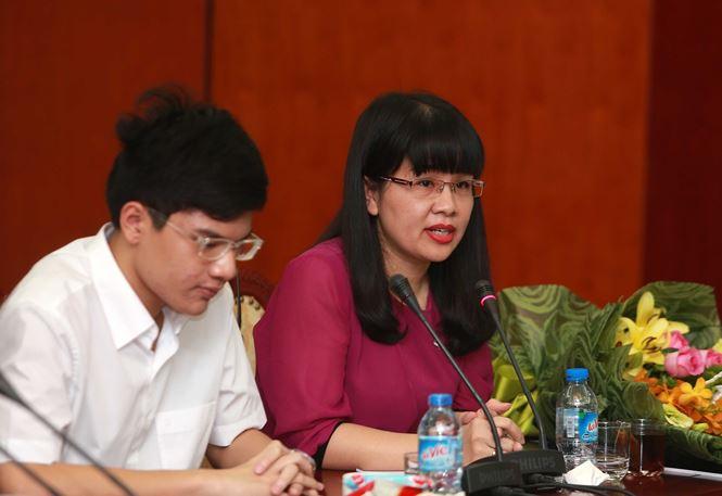 Dược Nhất Nhất trao thưởng cho kỳ thủ Nguyễn Anh Khôi