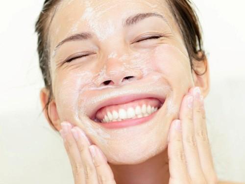 Nên massage mặt trong 60 giây sau khi thoa sữa rửa mặt lên da