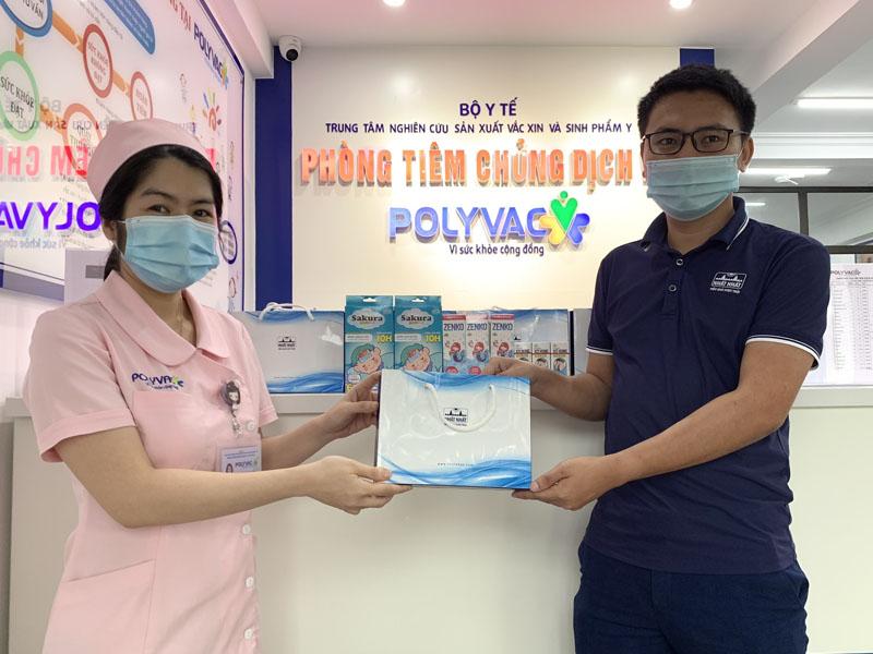 Trao tặng 700 gói quà sức khỏe tại các trung tâm tiêm chủng